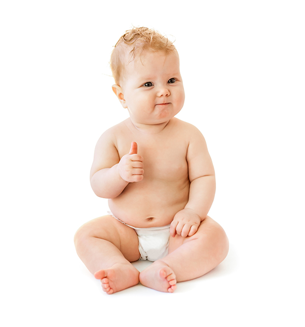 Довольный ребенок в подгузнике