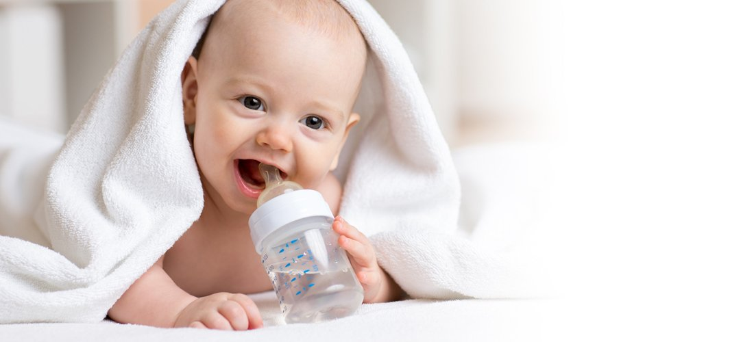 Ребенок пьет адаптированную воду