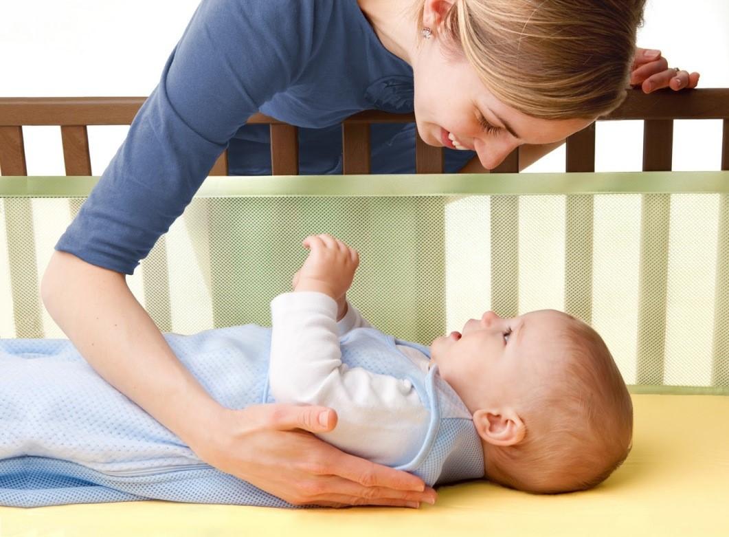 Важно приучить малыша спать в своей кроватке без груди