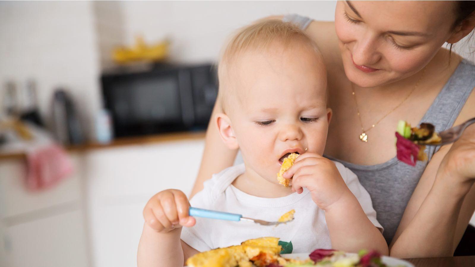 Ребенок проявляет интерес к пище взрослых