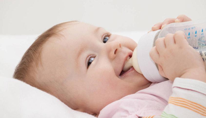 Довольный ребенок ест