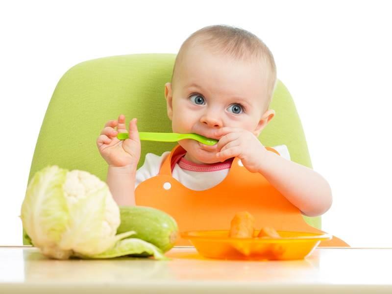 Малыш ест сам и с удовольствием