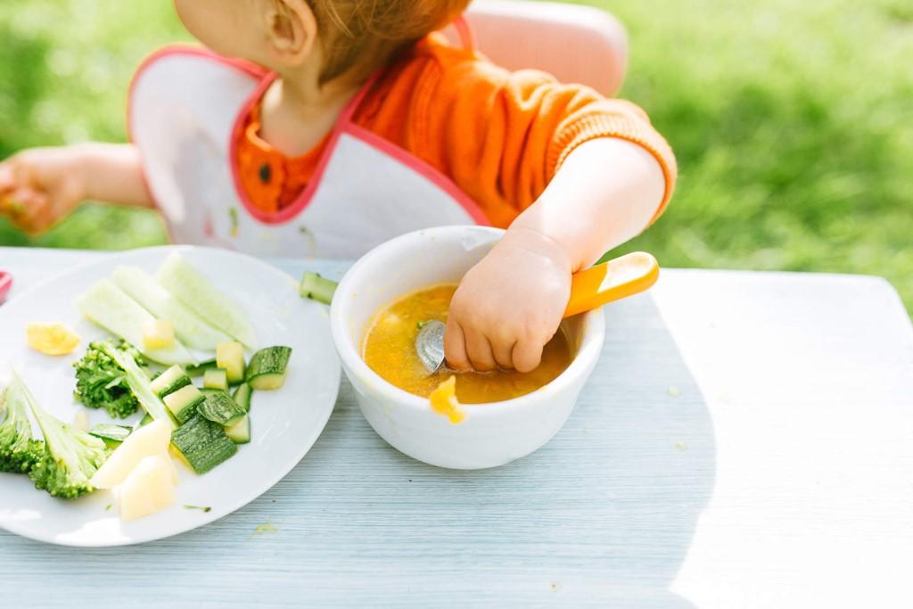 Малыш кушает первое и второе блюда