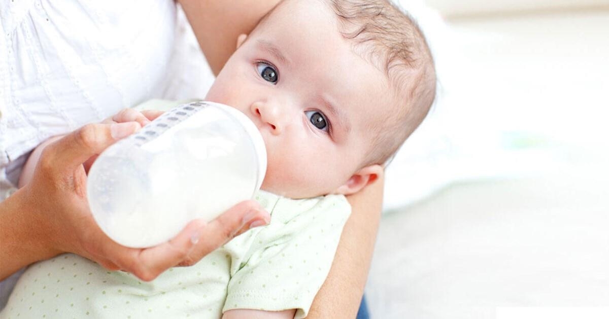 Для того чтобы избежать обезвоживания, грудничку рекомендуется давать чистую воду