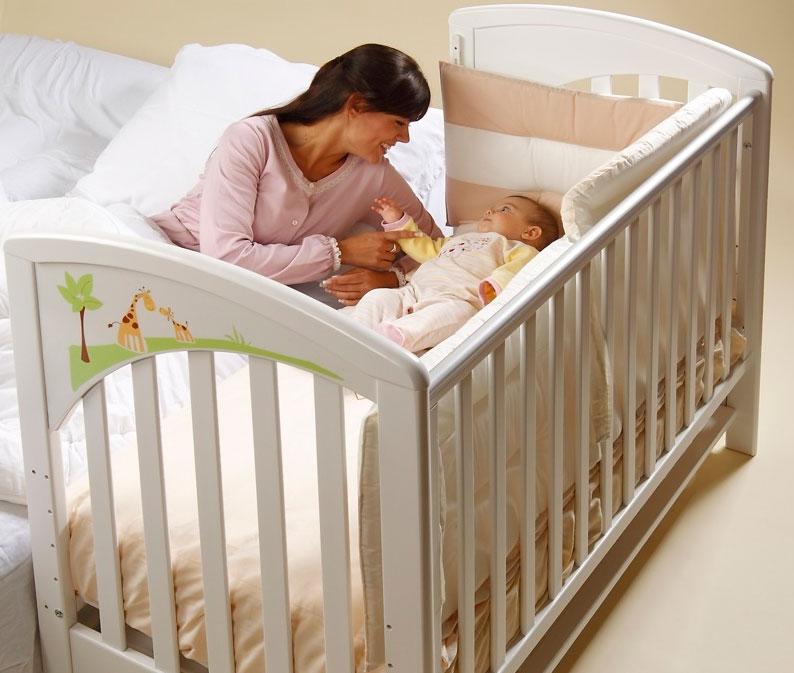 Чтобы маме высыпаться, лучше поставить кроватку рядом с постелью