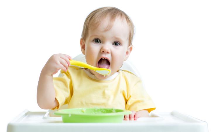 Ребенок ест с ложки сам
