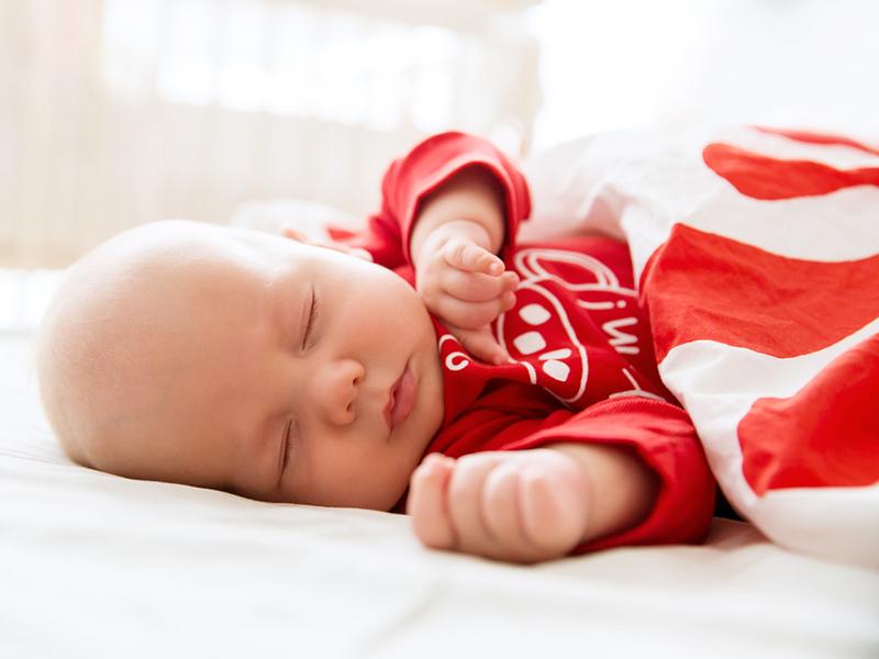 Трехмесячный ребенок спит в кроватке