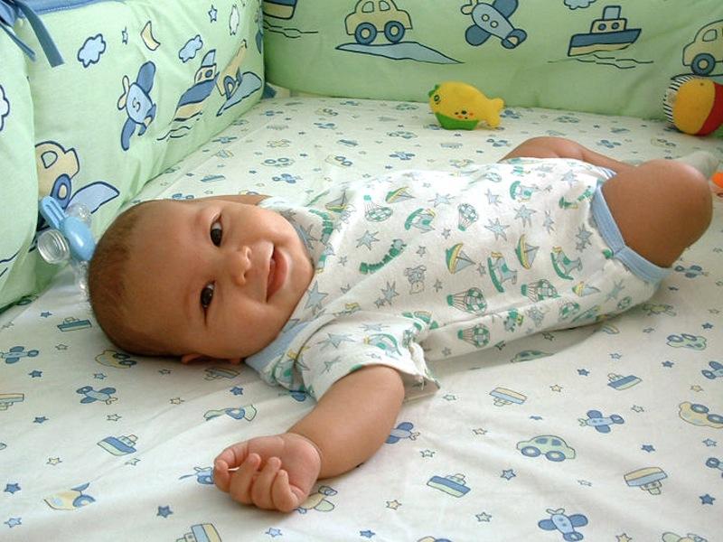 Младенец улыбается в один месяц