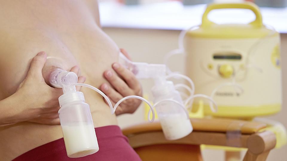Сцеживание молока с помощью молокоотсоса