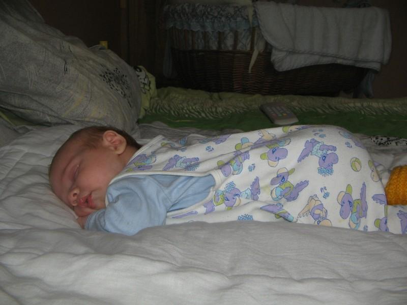 Младенец сладко спит на животике