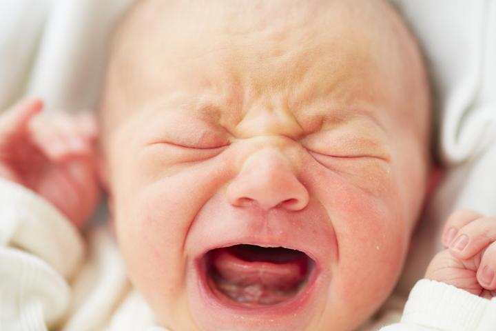 Новорожденный кричит