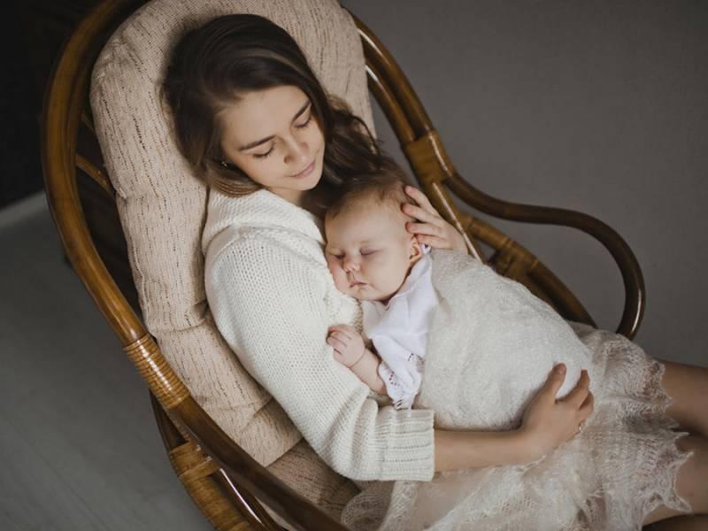 Мама рядом со спящим малышом