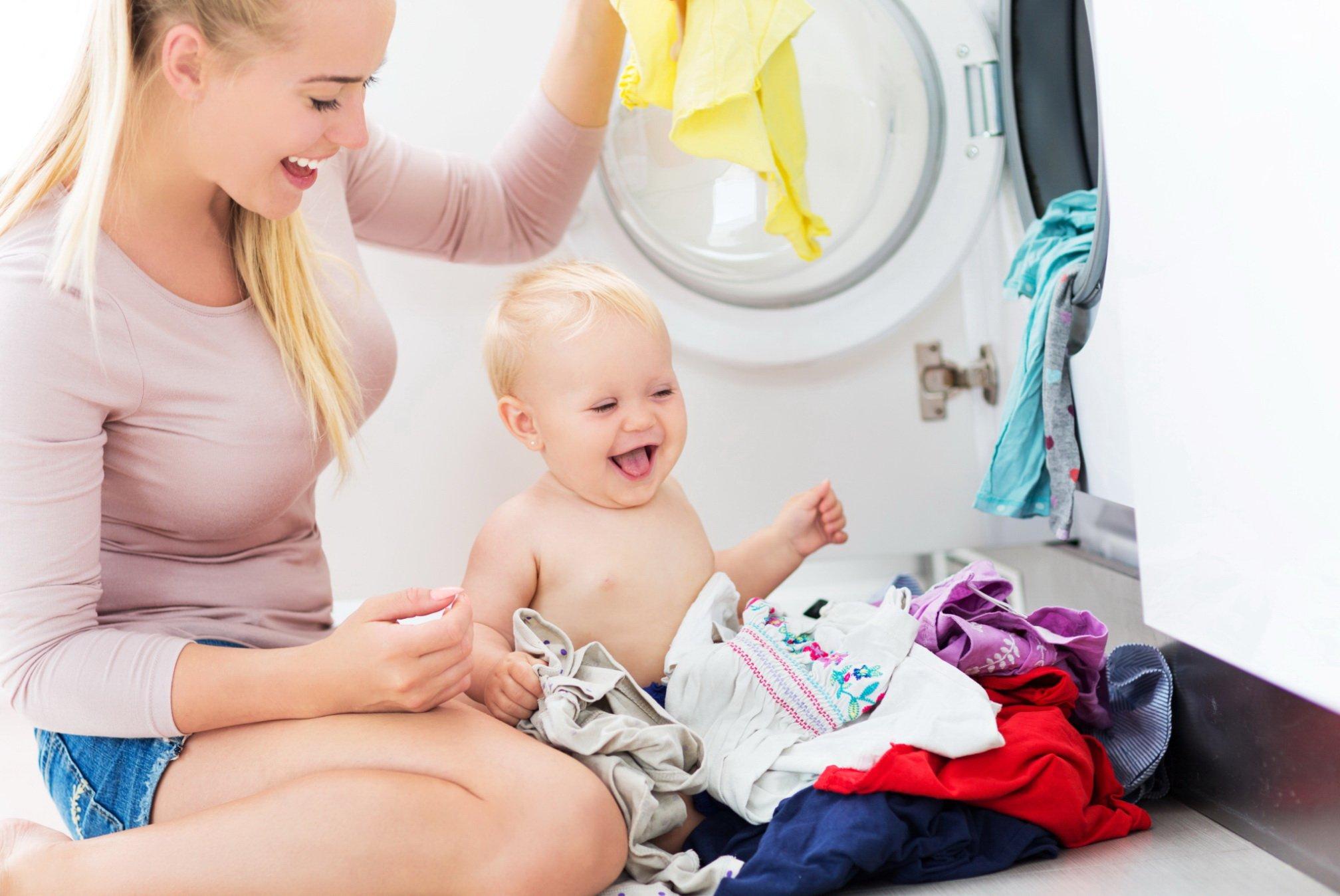 Стирать одежду для новорожденных рекомендуется исключительно специализированными средствами