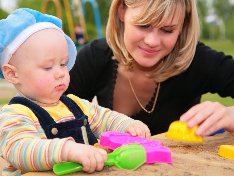 Игры с мамой в песочнице