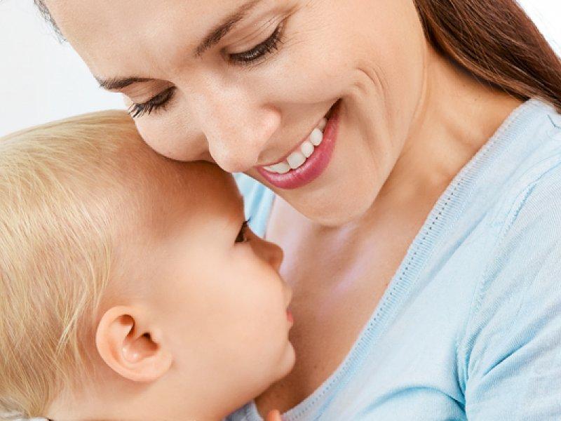 Малыш с мамой рядом