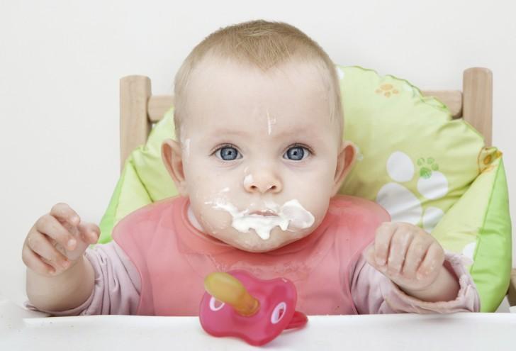 Младенец, испачканный кефиром