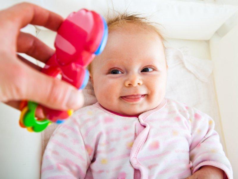 В 1 месяц ребенок умеет различать яркие цвета