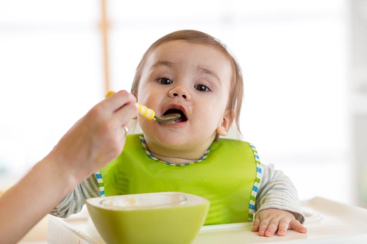 Ребенок кушает пюре