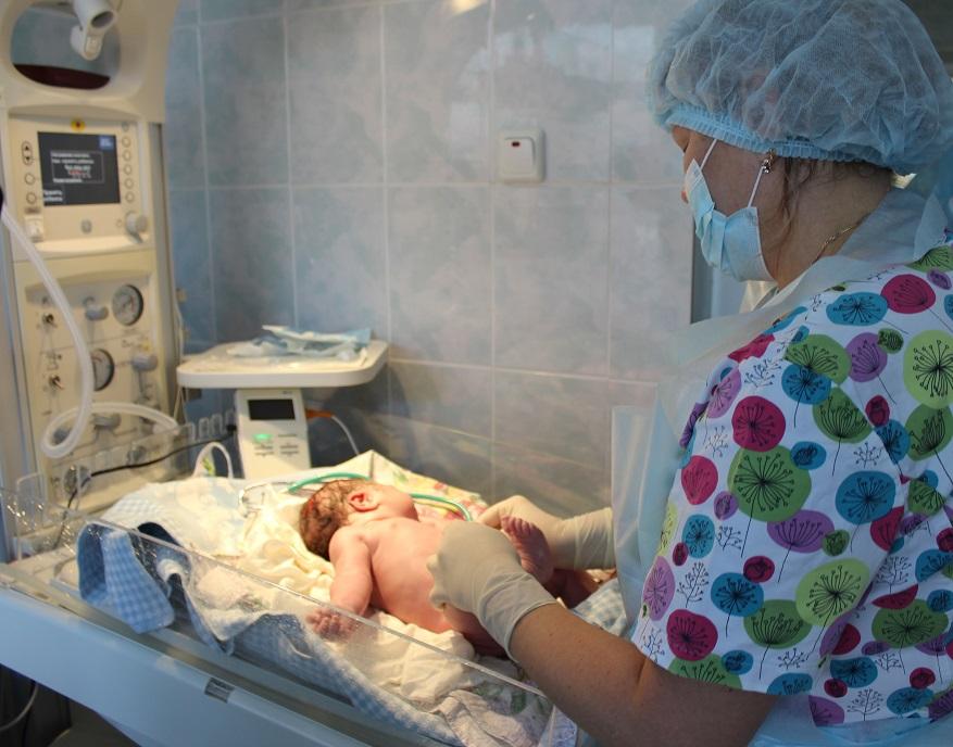 Младенец на реанимационном столике