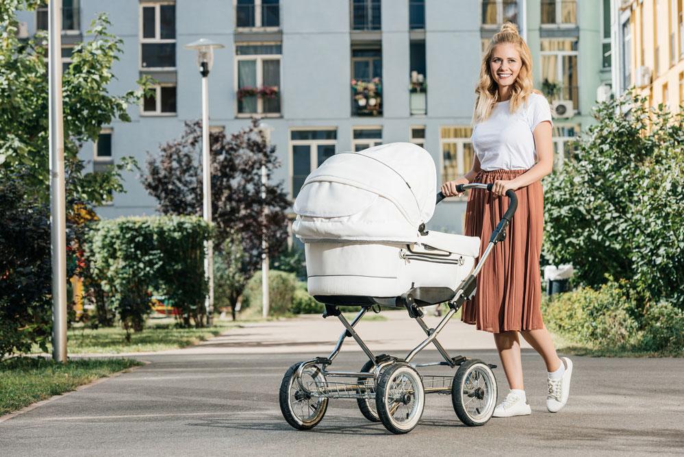 Когда начинать и сколько по времени можно гулять с новорожденным после роддома