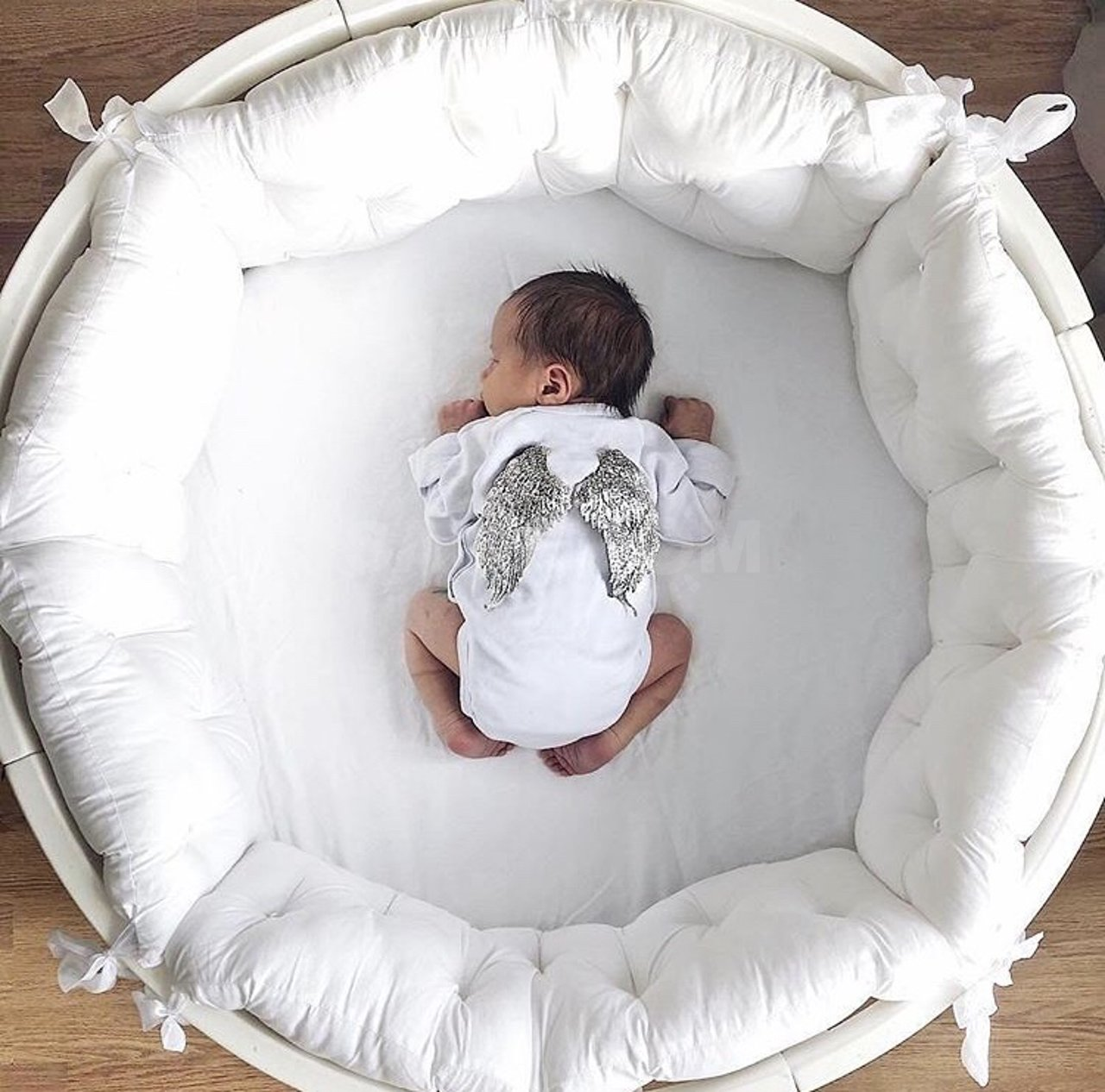 Новорожденный в круглой кровати