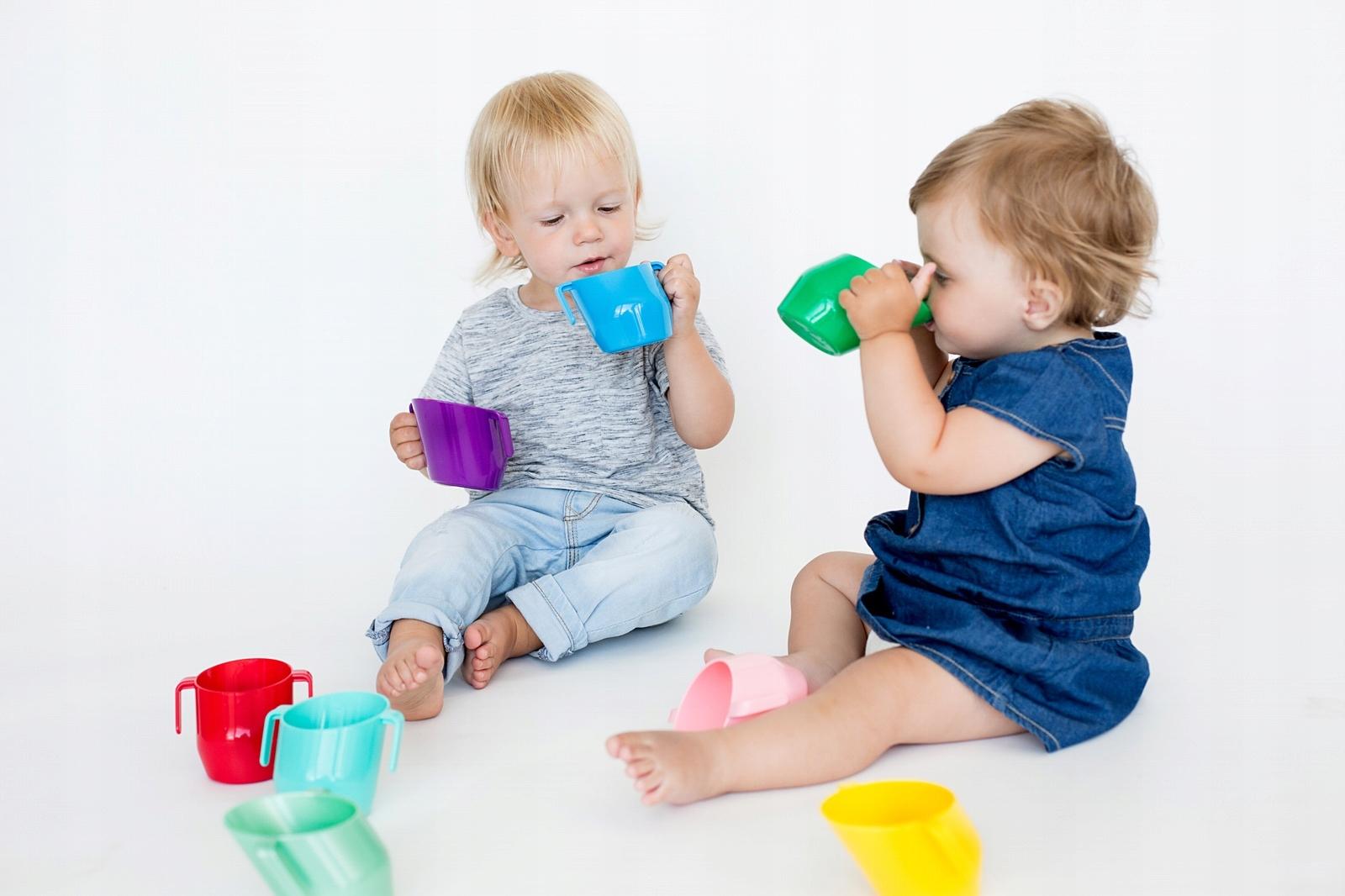 Дети пьют из кружек