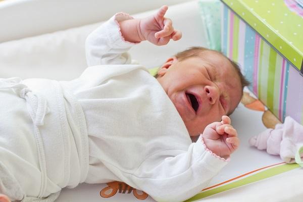 Малыш плачет от боли в животике