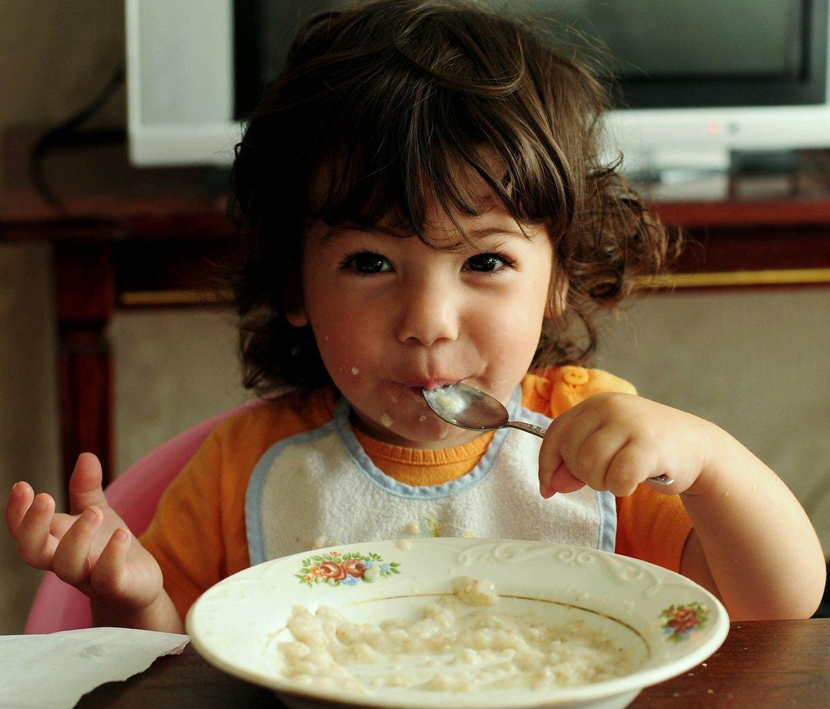 Ребенок ест молочный суп