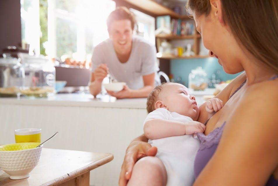 Появление слизи в кале у малышей может быть связано с неправильным питанием кормящей мамы