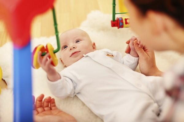 Новорожденный смотрит на игрушку