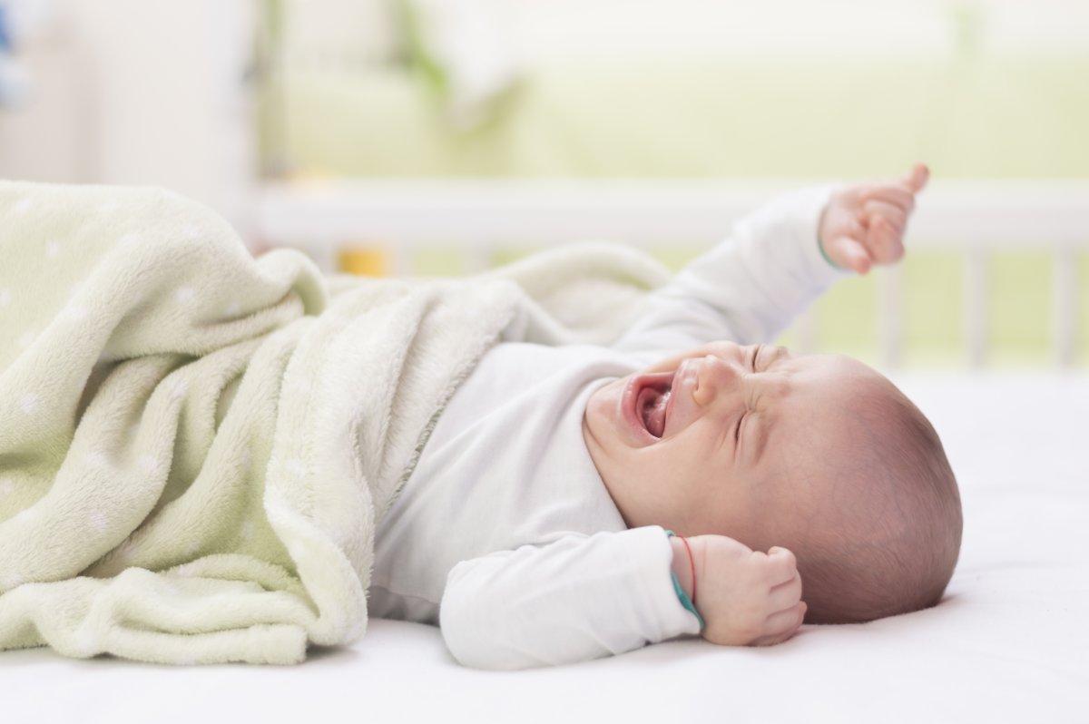 Малыш может проснуться от икоты и плакать