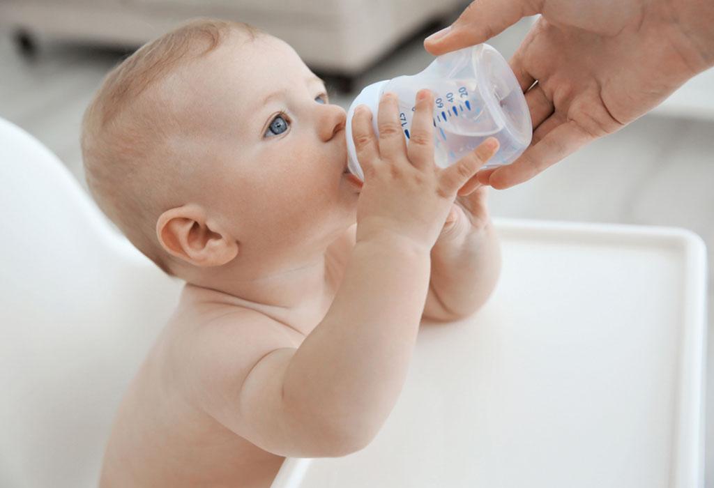 Ребенок пьёт воду