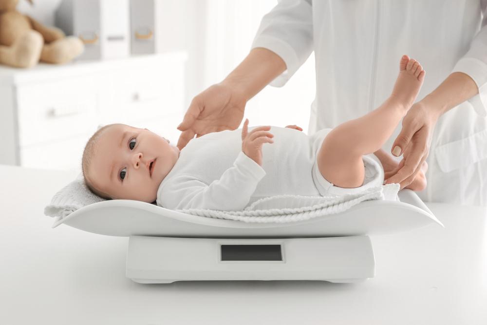 Процедура взвешивания младенца