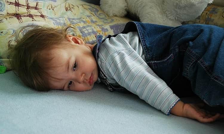 Укладывание малыша на бок