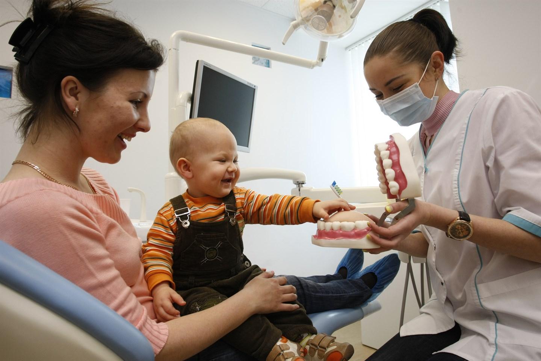 Грудничок у стоматолога на приеме