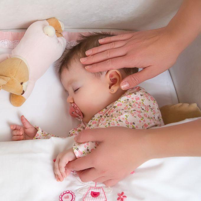 Одним из самых явных признаков перегрева является покраснение кожи ребенка