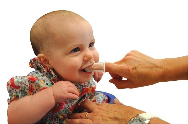 Уход за зубами с помощью силиконовой щетки