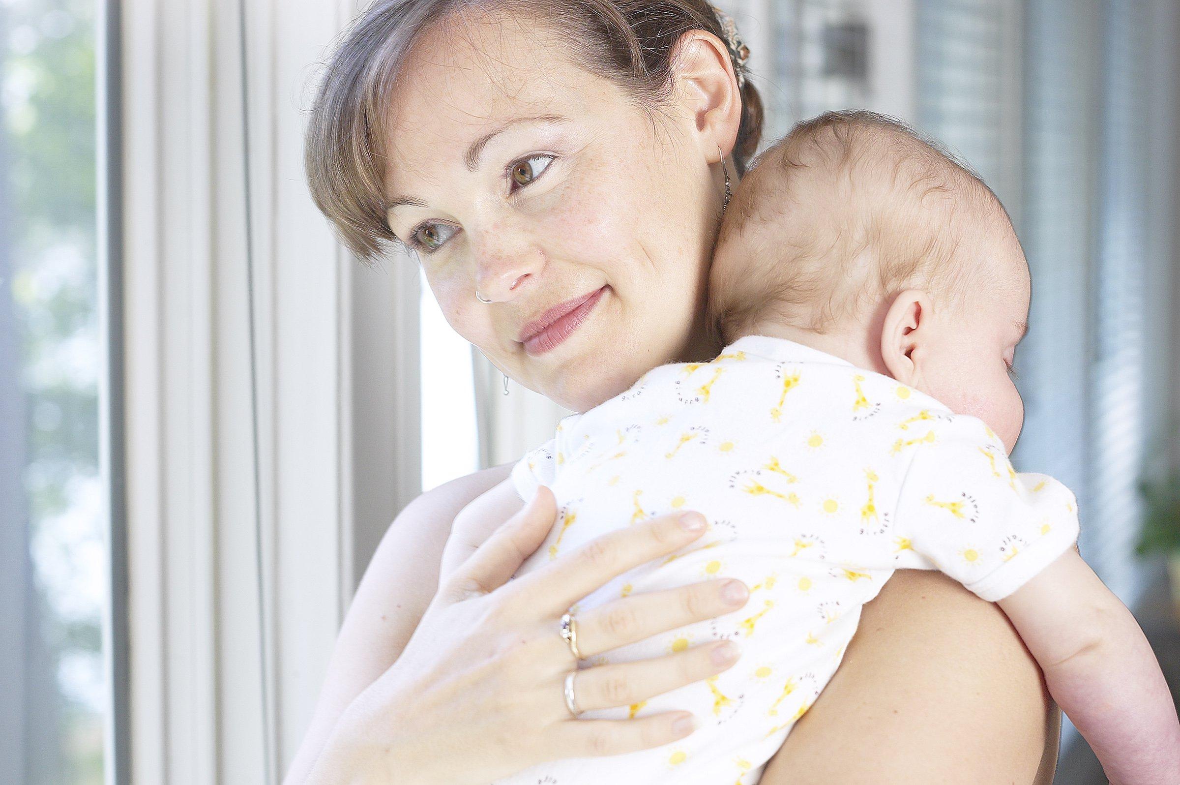 Как носить столбиком младенца