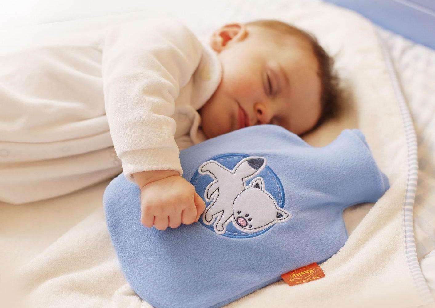 Прежде всего, ребенка необходимо согреть, можно положить в постель грелку