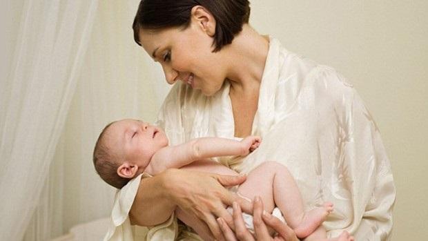 Как нужно держать на руках новорожденного