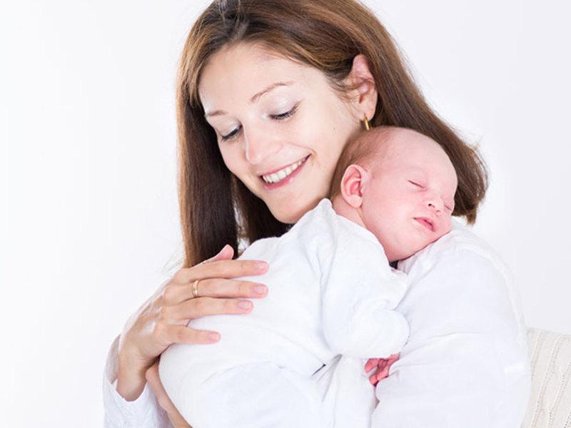 Ребенок на плече у мамы