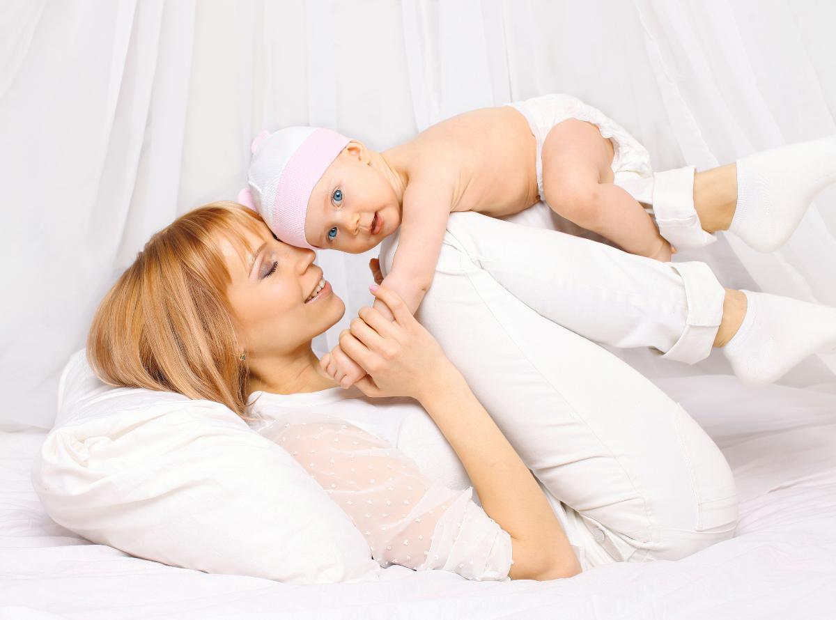 Малыш у мамы на коленках