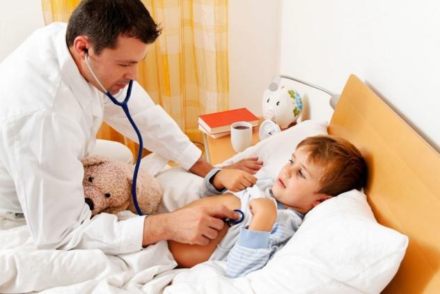 Понять причину появления крови в рвоте поможет обследование ребенка