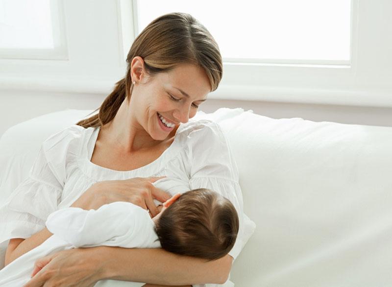 С молоком матери полезные свойства чернослива могут поступать в организм младенца
