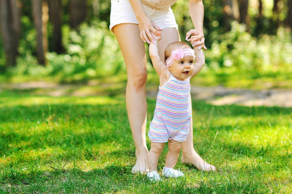 Иногда детишки сразу встают на ножки и начинают делать первые шажки