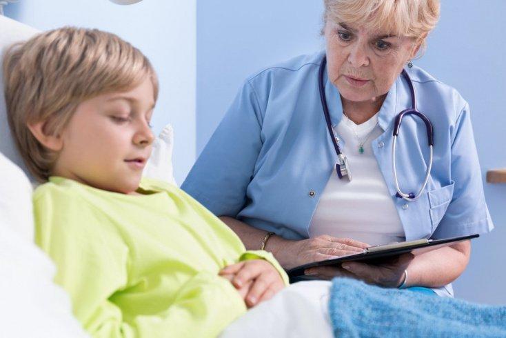 Мальчика опрашивает врач