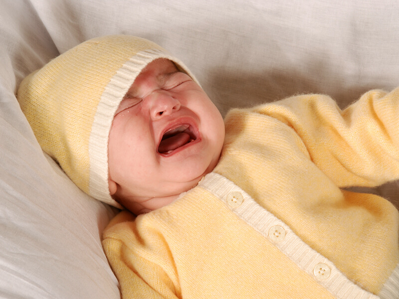 Ребенок плачет из-за колик