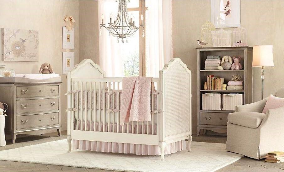 Комната для новорожденной девочки красиво оформляется в нежно-розовых тонах в сочетании с бежевым