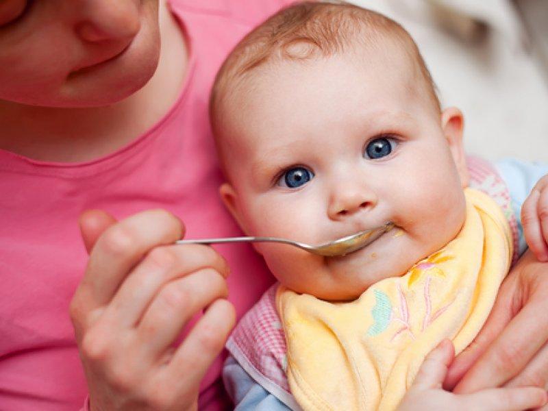 Малыш с ложкой во рту