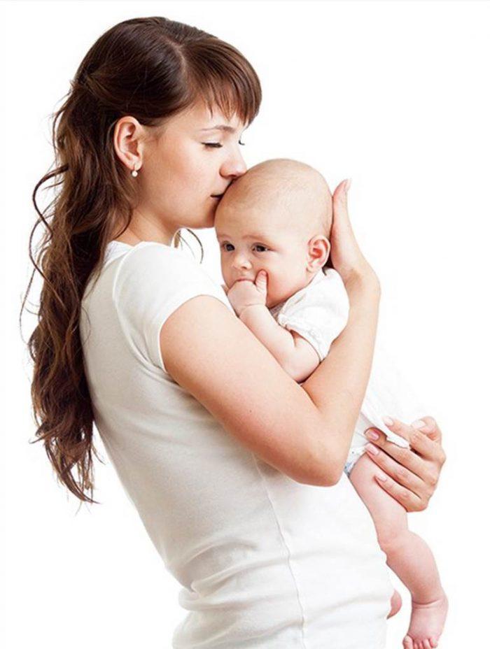 Мама и ребенок в белом